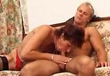 Starší zkušená ženská souloží s mladíkem