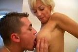 Mladík šuká s kozatou maminou v koupelně